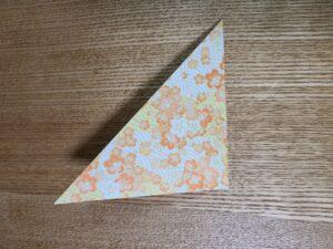 折られた一枚の千代紙