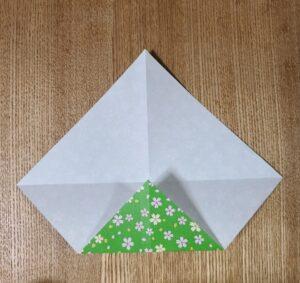 一枚の折った千代紙