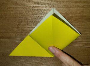 折られた一枚の黄色い折り紙