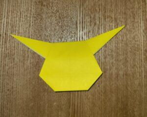 黄色い一枚の折り紙で作ったピカチュウ