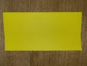 半分に折った黄色い折り紙