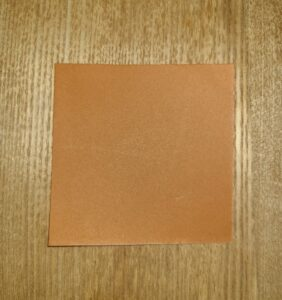 1/4に切った茶色の折り紙