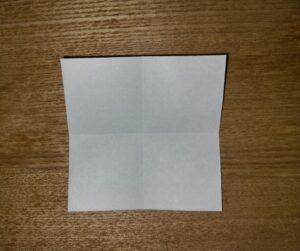 1/4に切って折られた茶色の折り紙