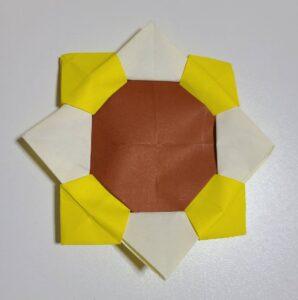 黄色と茶色い折り紙で作ったひまわり